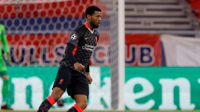 BUDAPEST, HUNGARY - FEBRUARY 16: Georginio Wijnaldum of Liverpool FC controls the ball during the UEFA Champions League Round of 16 match between RB Leipzig and Liverpool FC at Puskas Arena on February 16, 2021 in Budapest, Hungary. (Photo by Laszlo Szirtesi/Getty Images)