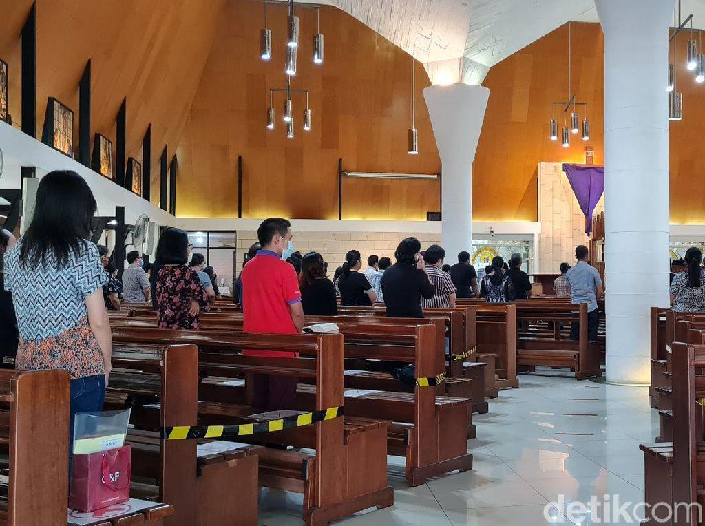 Misa Jumat Agung di Gereja Salib Suci Berlangsung Khidmat dengan Prokes Ketat