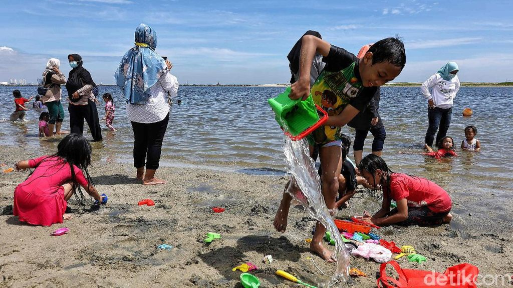 Libur Panjang, Pantai Ancol Diserbu Wisatawan