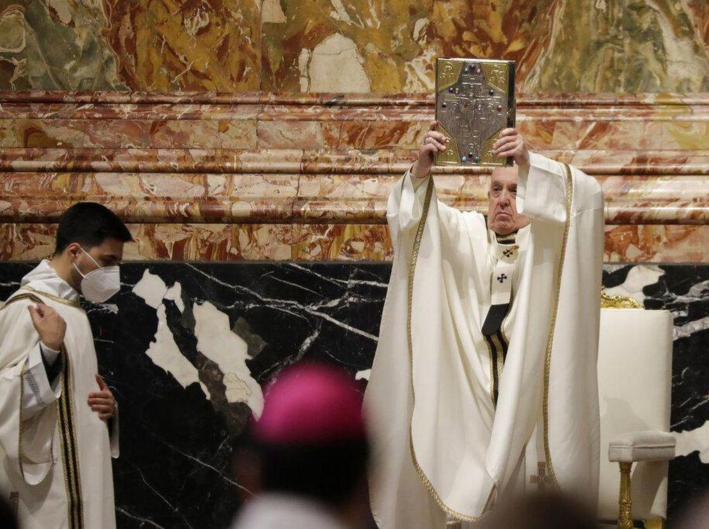 Momen Paus Fransiskus Pimpin Misa Krisma di Vatikan