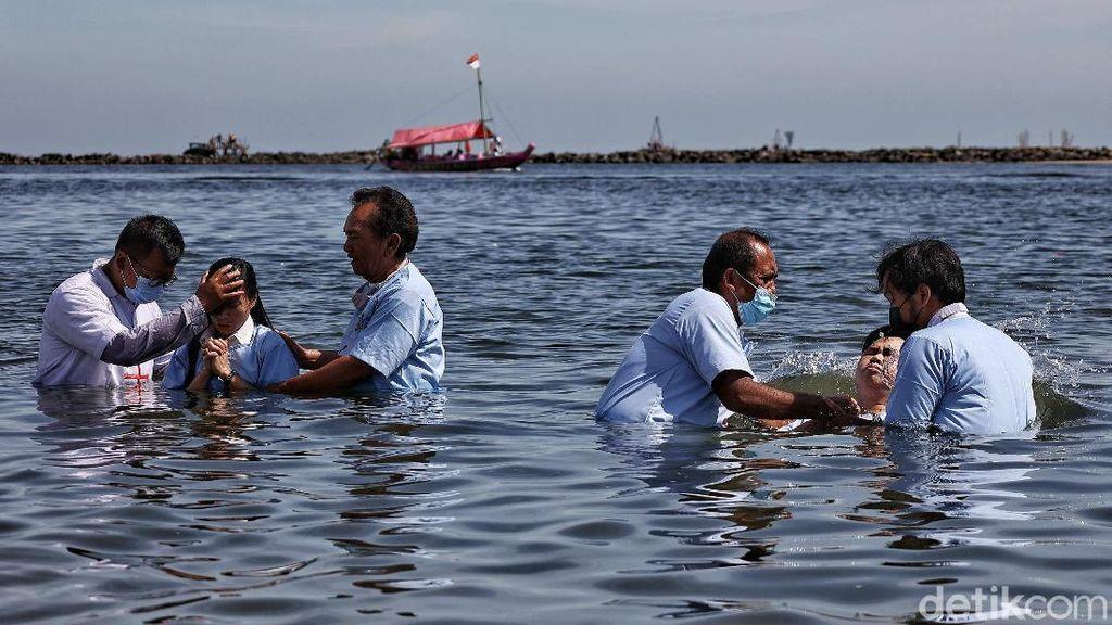 Momen Pengakuan Tobat Umat Nasrani Saat Baptis Selam di Jumat Agung