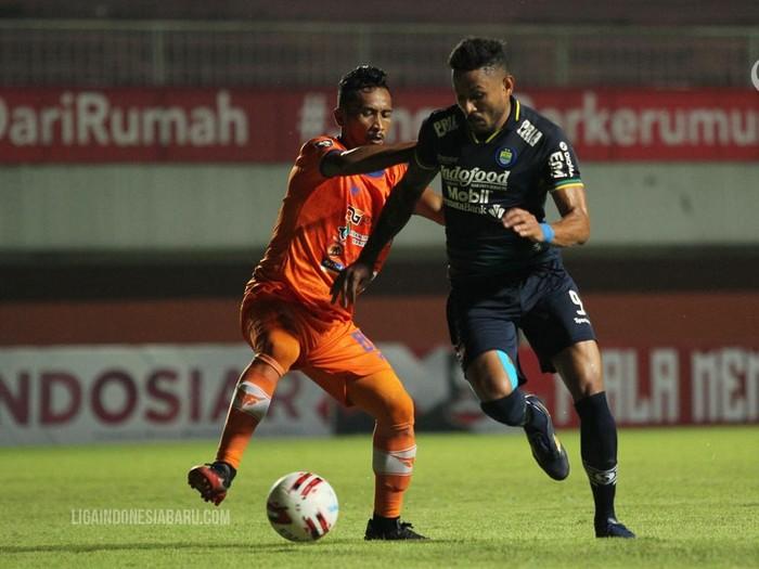 Persib Bandung unggul 1-0 atas Persiraja Banda Aceh di babak pertama matchday ketiga Grup D Piala Menpora 2021. Skuad Pangeran Biru memimpin lewat sundulan Wander Luiz. Laga dimainkan di Stadion Maguwoharjo, Sleman, Jumat (2/4/2021).