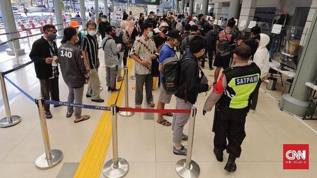 Keramaian Stasiun Senen, Jakarta Pusat pada Jumat (2/4/2021) saatHari Raya Paskah, dan bagian dari libur panjang akhir pekan. (CNN Indonesia/ Adhi Wicaksono)
