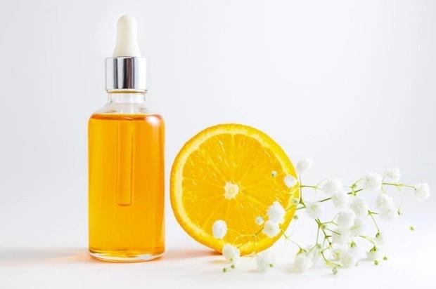 Vitamin C melindungi kulit dari radikal bebas dan membuatnya lebih cerah glowing/freepik.com