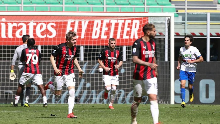 MILAN, ITALY - APRIL 03: Jens Petter Hauge of A.C. Milan celebrates after scoring their teams first goal during the Serie A match between AC Milan and UC Sampdoria at Stadio Giuseppe Meazza on April 03, 2021 in Milan, Italy. Sporting stadiums around Italy remain under strict restrictions due to the Coronavirus Pandemic as Government social distancing laws prohibit fans inside venues resulting in games being played behind closed doors. (Photo by Marco Luzzani/Getty Images)