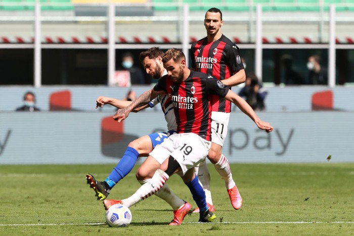 MILAN, ITALY - APRIL 03: Theo Hernandez of A.C. Milan battles for possession with Bartosz Bereszynski of U.C. Sampdoria during the Serie A match between AC Milan and UC Sampdoria at Stadio Giuseppe Meazza on April 03, 2021 in Milan, Italy. Sporting stadiums around Italy remain under strict restrictions due to the Coronavirus Pandemic as Government social distancing laws prohibit fans inside venues resulting in games being played behind closed doors. (Photo by Marco Luzzani/Getty Images)