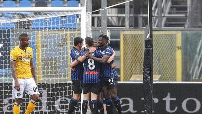 Atalanta players celebrate their sides first goal during the Italian Serie A soccer match between Atalanta and Udinese at the Gewiss Stadium in Bergamo, Italy, Saturday, April 3, 2021. (Stefano Nicoli/LaPresse via AP)