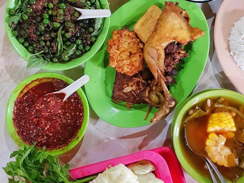 5 Ayam Goreng Enak di Bandung dengan Lalapan dan Sambal Dadak