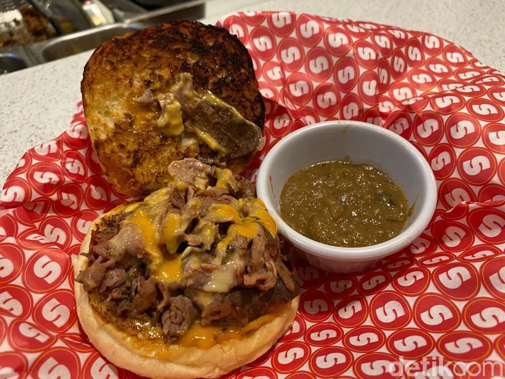 Berasa di New York! Makan Cheese Burger Klasik Buatan Supper yang Hits