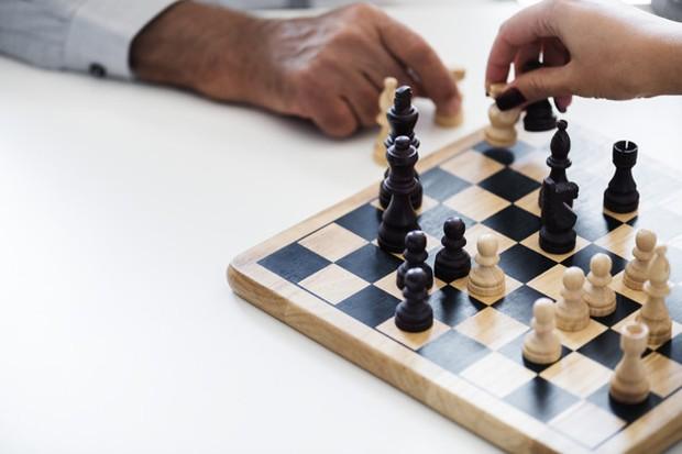 Permainan catur adalah permainan yang terkenal di seluruh dunia. Setidaknya, kamu pasti pernah bermain atau melihat orang bermain catur.