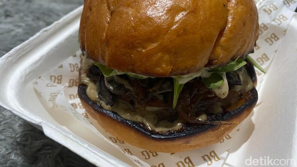 Juicy! Burger Premium dengan Keju Swiss yang Lumer dari Burger Garage