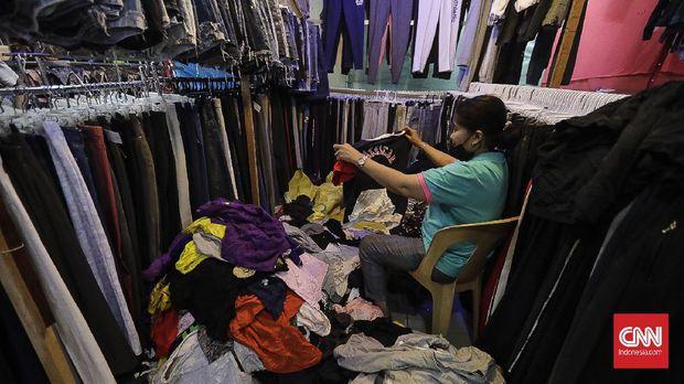 Bursa pakaian bekas, Metro Atom Pasar Baru. Jakarta, 31 Maret 2021. CNN Indonesia/ Adhi Wicaksono