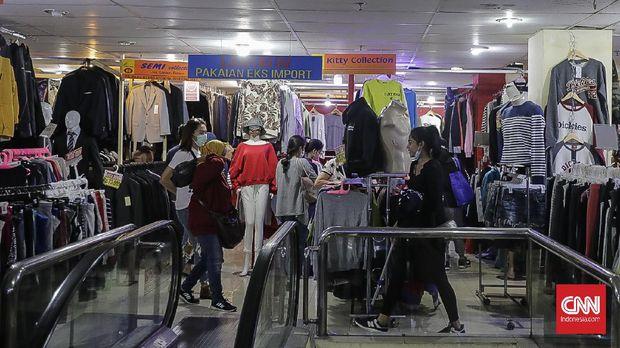 Bursa pakaian bekas, Metro Atom Pasar Baru. Jakarta, 31 Maret 2021. (CNN Indonesia/ Adhi Wicaksono)