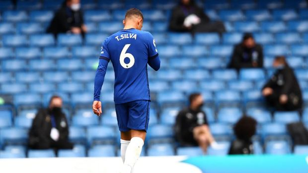LONDON, ENGLAND - APRIL 03: Thiago Silva of Chelsea looks dejected as he leaves the pitch after being sent off during the Premier League match between Chelsea and West Bromwich Albion at Stamford Bridge on April 03, 2021 in London, England. Sporting stadiums around the UK remain under strict restrictions due to the Coronavirus Pandemic as Government social distancing laws prohibit fans inside venues resulting in games being played behind closed doors. (Photo by Clive Rose/Getty Images)