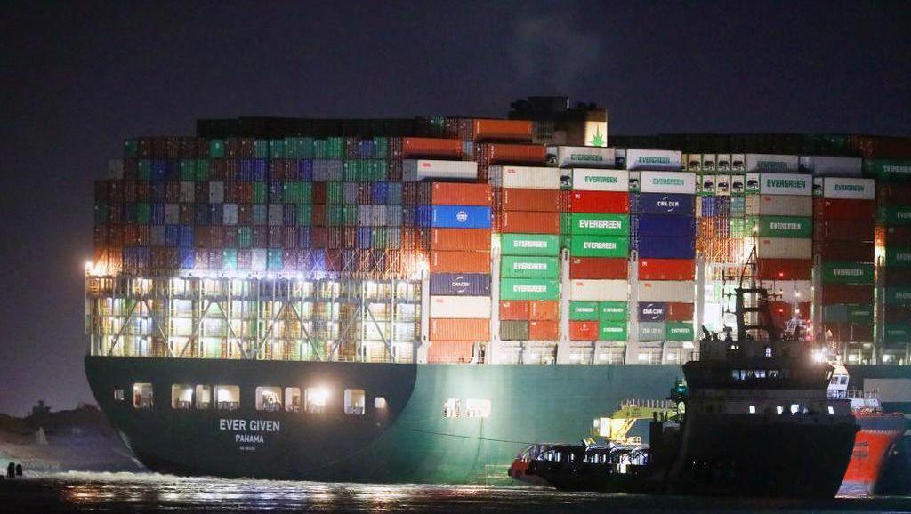 Melihat dari Dekat Kapal Raksasa yang Nyangkut di Terusan Suez