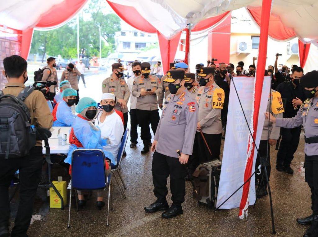 Kapolri Tinjau Vaksinasi COVID hingga Pengamanan Gereja di Kupang NTT