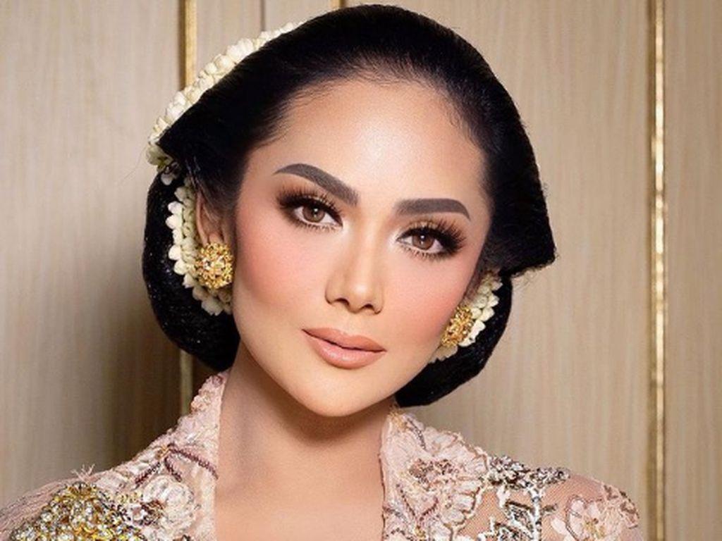 Krisdayanti Pakai Kebaya Anne Avantie di Akad Atta-Aurel, Bak Putri Keraton
