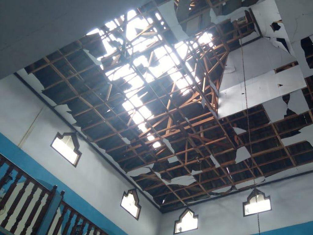 Masjid Nurul Jannah Jagakarsa Tersambar Petir, Kubah Penyok-Atap Bolong