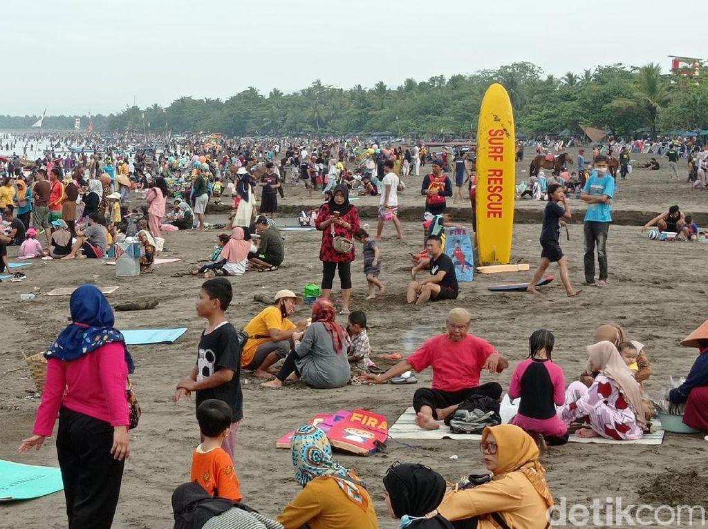 Situasi Pantai Pangandaran yang Dipadati Wisatawan
