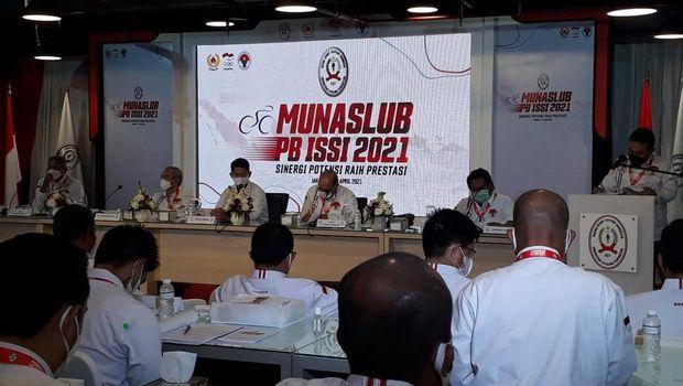 Kapolri Jenderal Polisi Listyo Sigit Prabowo terpilih menjadi Ketua Umum Pengurus Besar (PB) Ikatan Sepeda Seluruh Indonesia (ISSI) dalam Munaslub PB ISSI di FX Senayan, Jakarta, Sabtu (3/4). (CNNIndonesia.com/Abdul Susila)