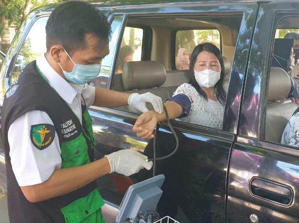 Vaksinasi Drive Thru di Lombok Tengah Sasar Ratusan Pengguna Jalan