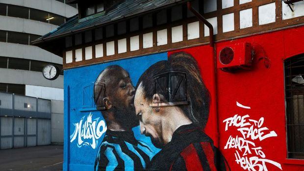 MILAN, ITALY - FEBRUARY 25: A mural is seen on a building outside the stadium of Romelu Lukaku of FC Internazionale as he clashes with Zlatan Ibrahimovic of AC Milan ahead of the UEFA Europa League Round of 32 match between AC Milan and Crvena Zvezda at San Siro Stadium on February 25, 2021 in Milan, Italy. Sporting stadiums around Italy remain under strict restrictions due to the Coronavirus Pandemic as Government social distancing laws prohibit fans inside venues resulting in games being played behind closed doors. (Photo by Marco Luzzani/Getty Images)