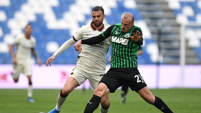 REGGIO NELLEMILIA, ITALY - APRIL 03: Borja Mayoral of A.S Roma is challenged by Vlad Chiriches of U.S. Sassuolo Calcio during the Serie A match between US Sassuolo and AS Roma at Mapei Stadium - Città del Tricolore on April 03, 2021 in Reggio nellEmilia, Italy. Sporting stadiums around Italy remain under strict restrictions due to the Coronavirus Pandemic as Government social distancing laws prohibit fans inside venues resulting in games being played behind closed doors. (Photo by Alessandro Sabattini/Getty Images)
