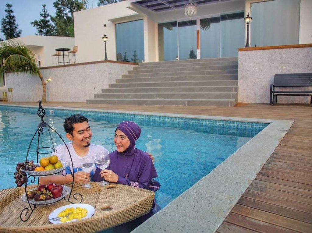 Momen Romantis April Jasmine dan Ustaz Solmed Saat Makan Bersama