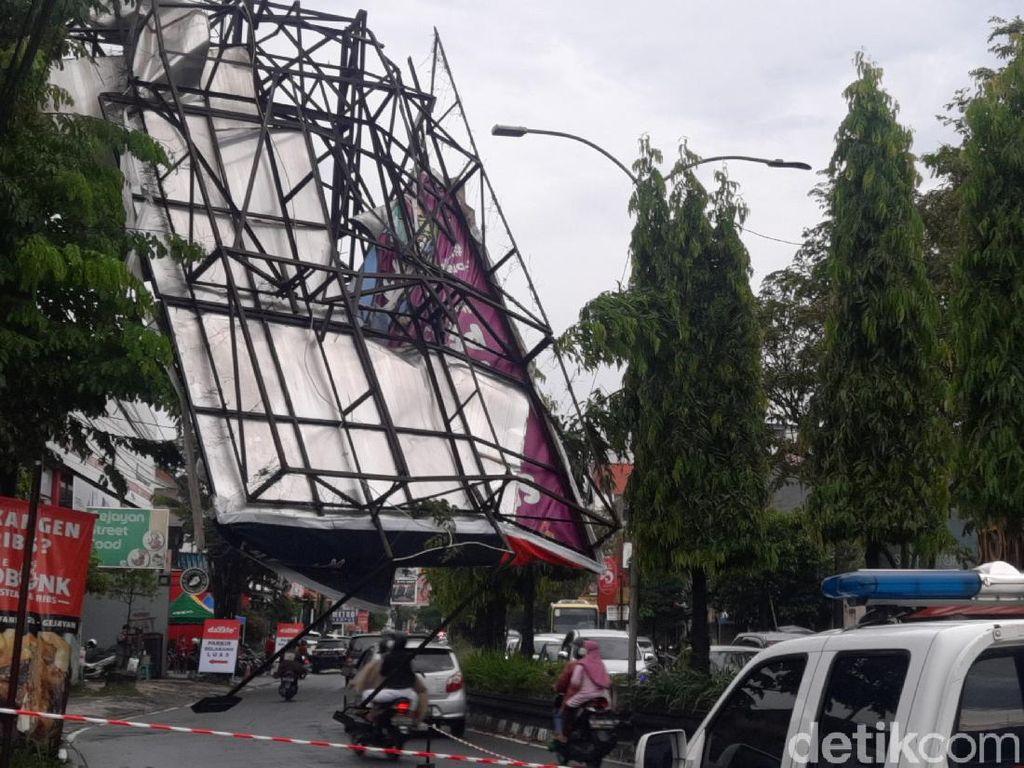Hujan Lebat-Angin Kencang di Sleman Robohkan Atap Rumah hingga Baliho