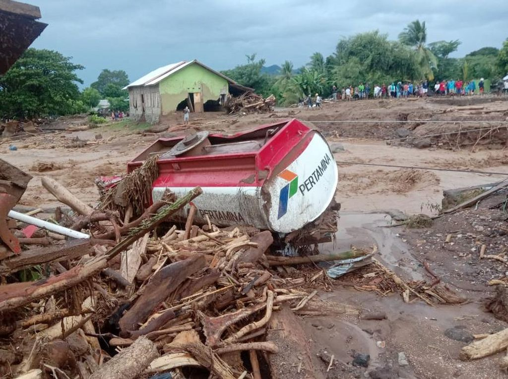 4 Mobil Tangki Pertamina Rusak Imbas Banjir Bandang NTT, Penyaluran BBM Aman?