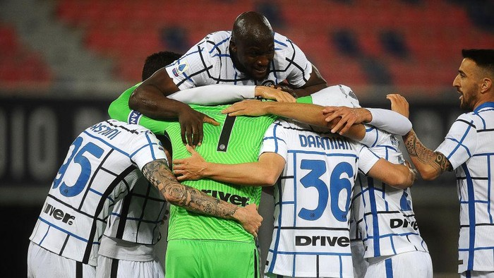BOLOGNA, ITALY - APRIL 03:  Players of FC Internazionale celebrate at the end of the Serie A match between Bologna FC and FC Internazionale at Stadio Renato DallAra on April 03, 2021 in Bologna, Italy. (Photo by Mario Carlini / Iguana Press/Getty Images)