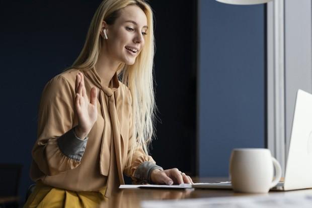 Jika kamu berada dalam forum yang tidak terlalu besar, cobalah untuk menyapa satu per satu peserta dalam pertemuan online tersebut.