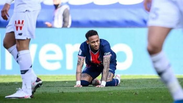 Paris Saint-Germains Brazilian forward Neymar kneels on the lawn during the French L1 football match between Paris-Saint Germain (PSG) and Lille (LOSC) at the Parc des Princes Stadium in Paris, on April 3, 2021. (Photo by FRANCK FIFE / AFP)