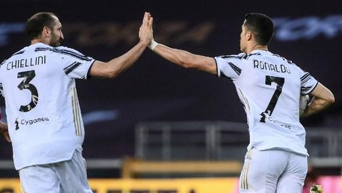 Juventus Portuguese forward Cristiano Ronaldo (R) celebrates with Juventus Italian defender Giorgio Chiellini after scoring an equalizer during the Italian Serie A football match Torino vs Juventus on April 03, 2021 at the Olympic stadium in Turin. (Photo by Marco BERTORELLO / AFP)