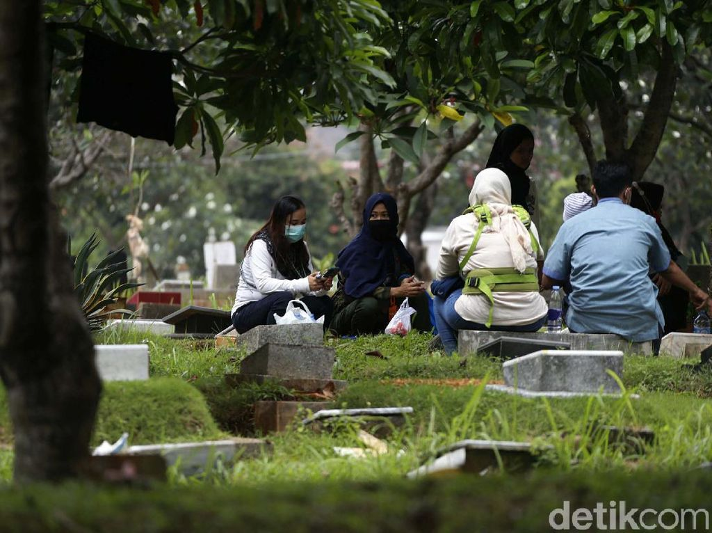 Jelang Ramadhan, TPU Menteng Pulo Dipenuhi Peziarah