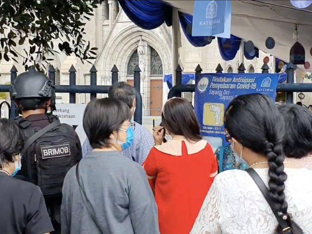 Katedral Jakarta Gelar Misa Secara Fisik, Jemaat Antre Sejam Lebih Awal