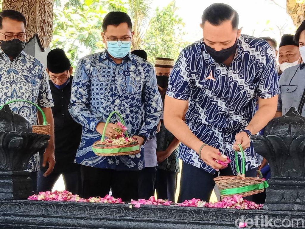 Jelang Ramadhan, AHY Nyekar ke Makam Sarwo Edhie Wibowo di Purworejo