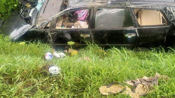Kondisi mobil anggota Polres Batu Bara yang ringsek usai bertabrakan dengan truk.