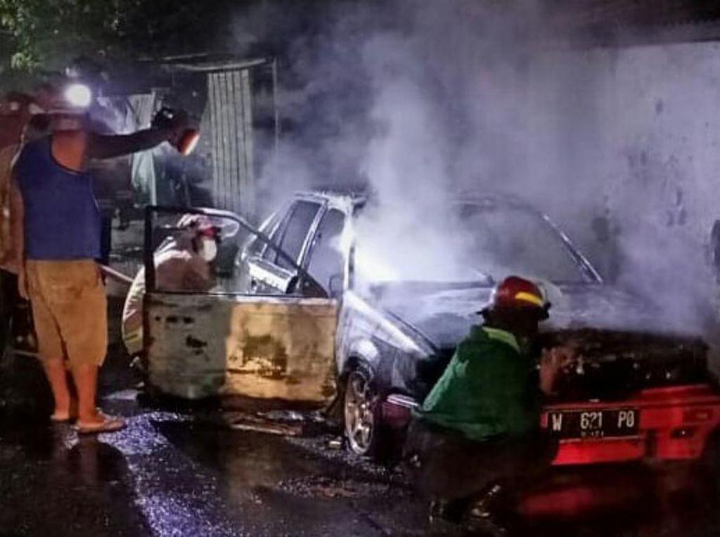 Mobil Sedan Terbakar di Pasuruan, Penyebab Belum Diketahui