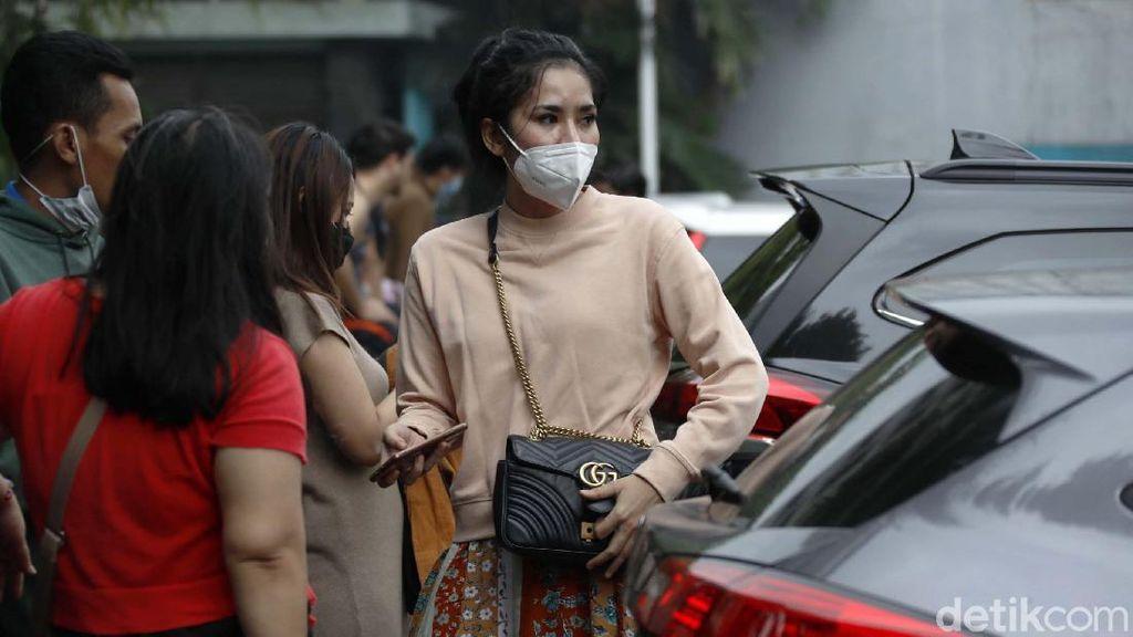 Momen Penghuni Berhamburan saat Basement Apartemen Taman Sari Terbakar