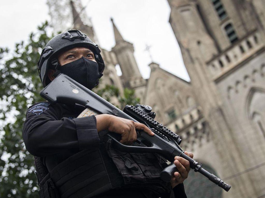 Potret Polisi Jaga Gereja Katedral saat Ibadah Misa Paskah