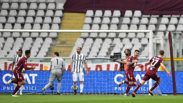 TURIN, ITALY - APRIL 03: Antonio Sanabria of Torino F.C. celebrates after scoring their teams first goal during the Serie A match between Torino FC and Juventus at Stadio Olimpico di Torino on April 03, 2021 in Turin, Italy. Sporting stadiums around Italy remain under strict restrictions due to the Coronavirus Pandemic as Government social distancing laws prohibit fans inside venues resulting in games being played behind closed doors. (Photo by Valerio Pennicino/Getty Images)