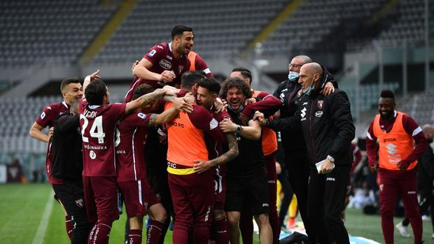 TURIN, ITALY - APRIL 03: Antonio Sanabria of Torino F.C. celebrates with teammates after scoring their team's second goal during the Serie A match between Torino FC and Juventus at Stadio Olimpico di Torino on April 03, 2021 in Turin, Italy. Sporting stadiums around Italy remain under strict restrictions due to the Coronavirus Pandemic as Government social distancing laws prohibit fans inside venues resulting in games being played behind closed doors. (Photo by Valerio Pennicino/Getty Images)
