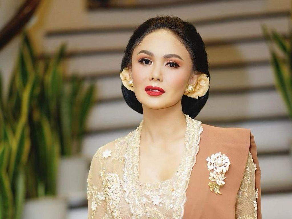 Yuni Shara Cantik Berkebaya Klasik di Pernikahan Aurel, Mencuri Perhatian