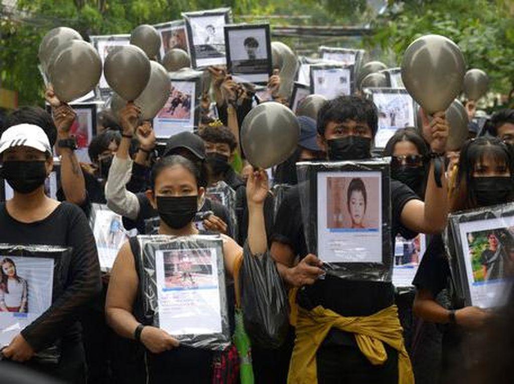 Demonstran Antikudeta Arak Foto Korban Tewas di Myanmar
