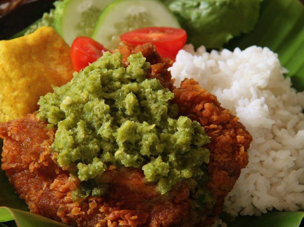 Resep Ayam Geprek Sambal Cabe Hijau yang Pedas Gurih Mantap