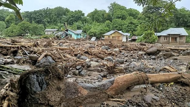 This general view shows debris left behind in the town of Adonara in East Flores on April 4, 2021, after flash floods and landslides swept eastern Indonesia and neighbouring East Timor. (Photo by Joy Christian / AFP)