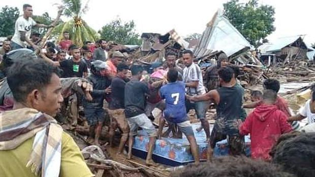 Banjir bandang di Adonara Timur, Flores Timur, NTT, Senin (5/4/2021). Berdasarkan data BNPB hingga senin siang, korban meninggal dunia akibat banjir bandang di Flores Timur mencapai 68 jiwa. ANTARA FOTO/Pion Ratuloli/wpa/wsj.