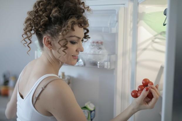 Bersihkan isi kulkas dan dapurmu dari bahan-bahan yang tidak kalian konsumsi