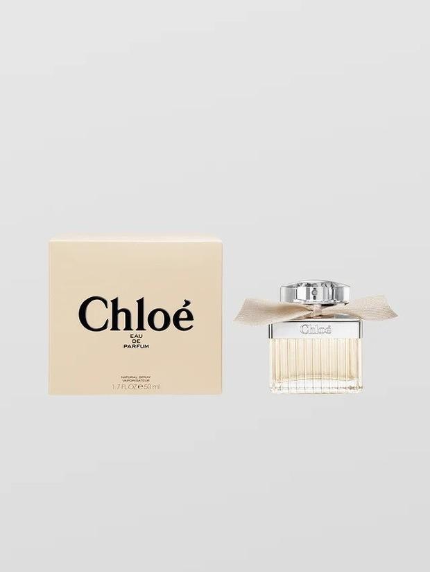 Ini merupakan parfum feminin dan romantis dengan aroma bunga yang intensif, hasil perpaduan antara peony, freesias, lily of the valley, cedar dan amber.